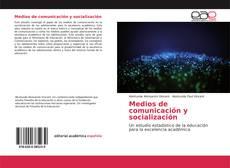 Medios de comunicación y socialización kitap kapağı